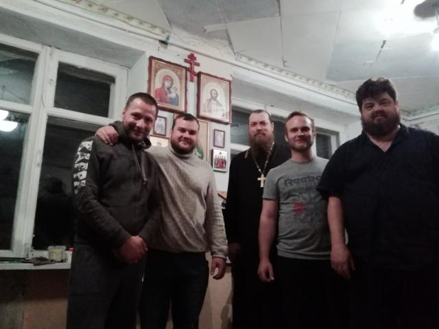 Вечер в центре, после плодотворного дня закончился молитвой. Сегодня у нас в гостях был о. Владимир.